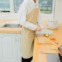 Kép 1/2 - Vízálló konyhai kötény, Tépőzáras és kétoldalú zseb kialakítással bézs